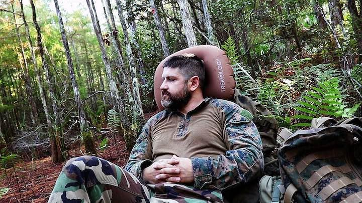Trekology-aufblasbares-Sitzkisse-Mann-Wald-Camping