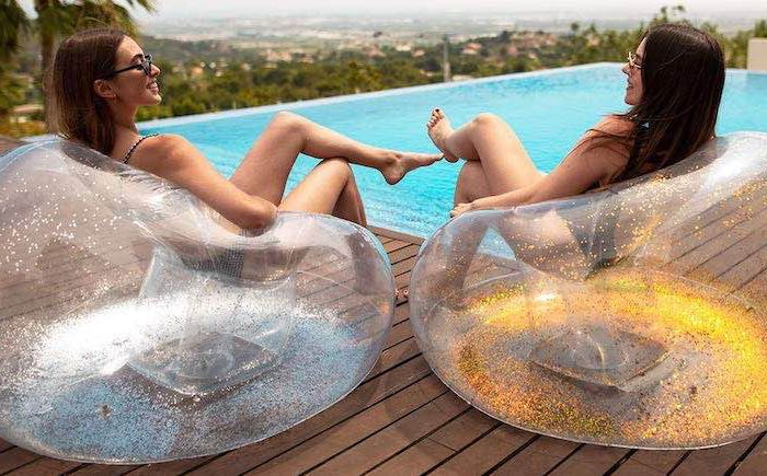 Aufblasbarer Sessel transparent mit Goldpartikeln: Bequemer Hingucker für Frauen