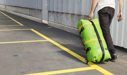 FREITAG Zippelin aufblasbare Reisetasche wird gezogen