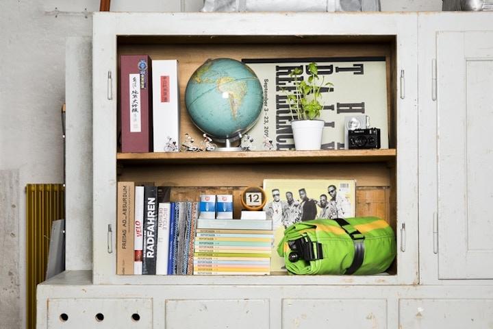 FREITAG-Zippelin-zusammengerollt-im-Bücherregal