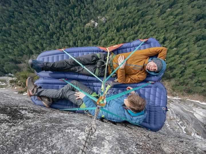 Zwei-G7-Pod-Luftmatratzen-am-Berg-