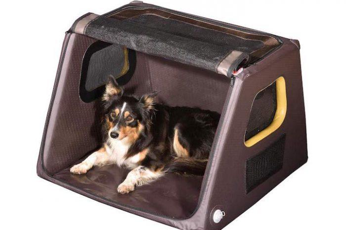 Aufblasbare Hundebox für einen platzsparenden Transport des Vierbeiners