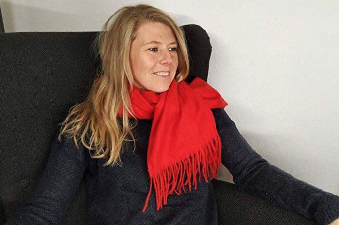 TravelSchal: Aufblasbares Nackenkissen in trendigem Schal