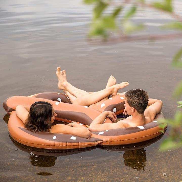 aufblasbare-Badebrezn-mit-Paar-im-Wasser