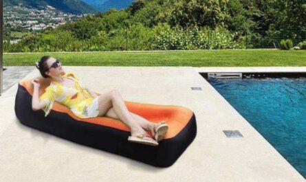 Nakeey aufblasbares Sofa am Pool mit Frau