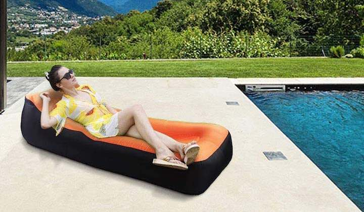 Nakeey-aufblasbares-Sofa-am-Pool-mit-Frau