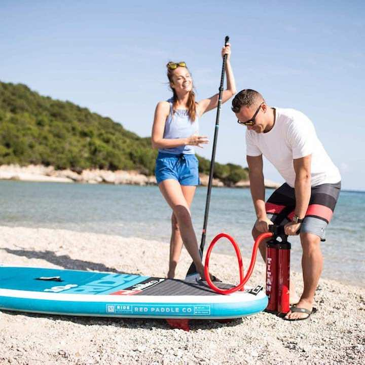 Red-Paddle-Co-SUP-aufpumpen-am-Strand