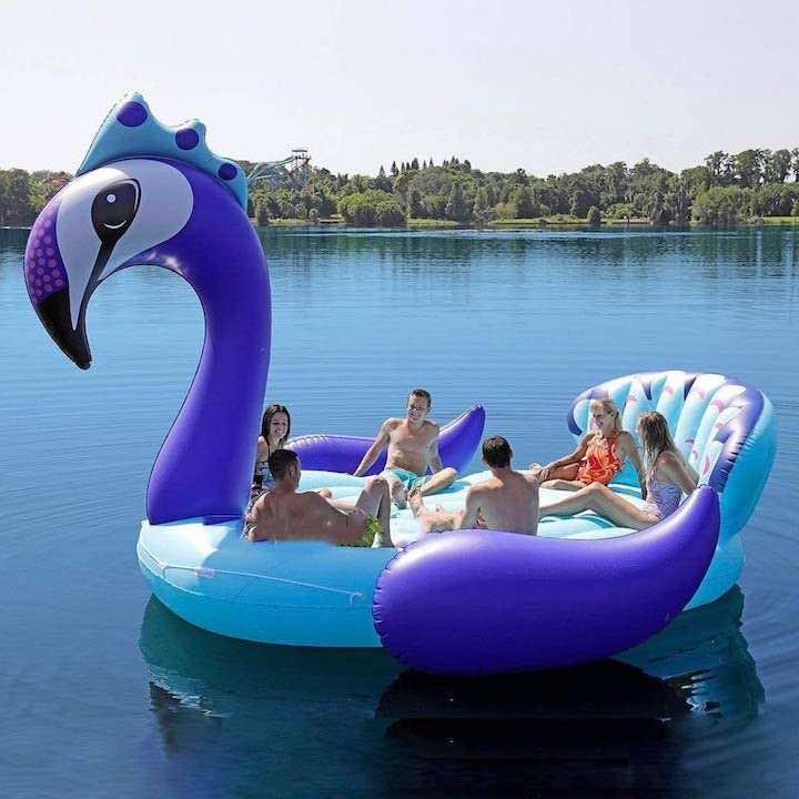 aufblasbarer-Riesen-Pfau-auf-einem-See-mit-Menschen
