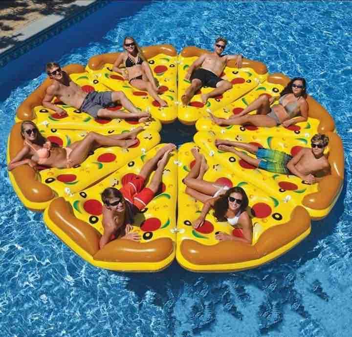 viele-Pizza-Stuecke-zusammen-im-Pool