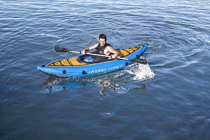 Bestway-Hydro-Force-mit-Mann-auf-See