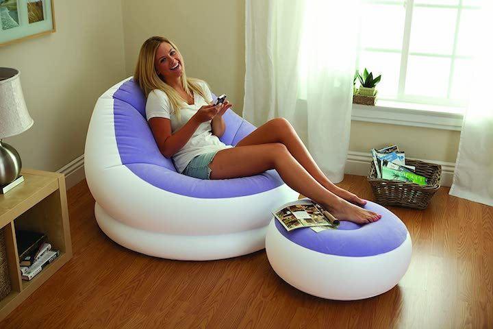Aufblasbarer-Lounge-Sessel-von-Intex-mit-Frau