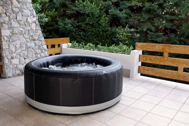 Aufblasbarer-XXXL-Whirlpool-aufgebaut-auf-Terrasse