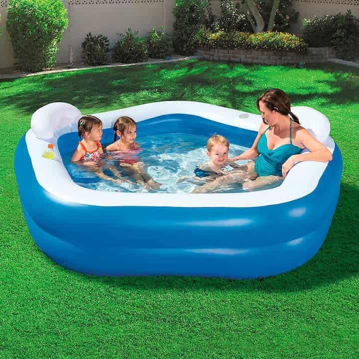 Bestway-Family-Pool-mit-Kindern-und-Frau-im-Garten