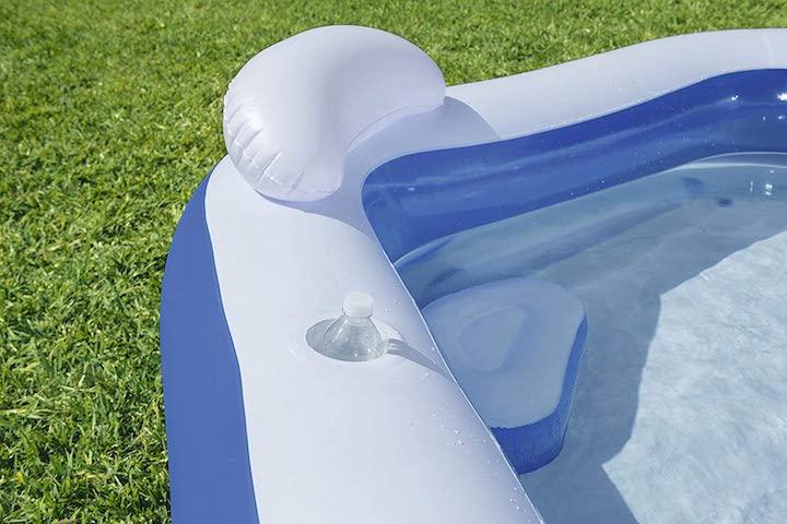 Getraenkehalter-im-Pool