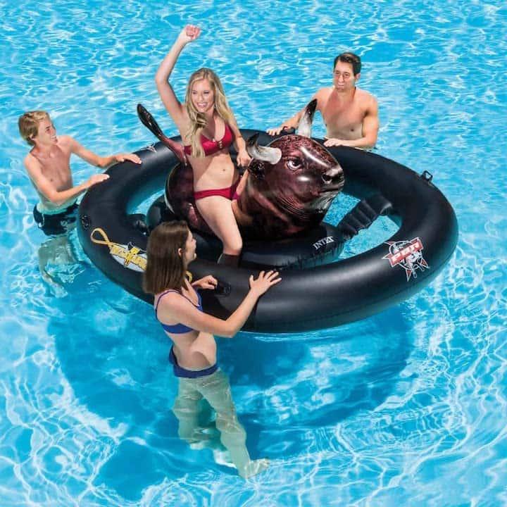 Inflatebull-mit-Menschen-im-Wasser