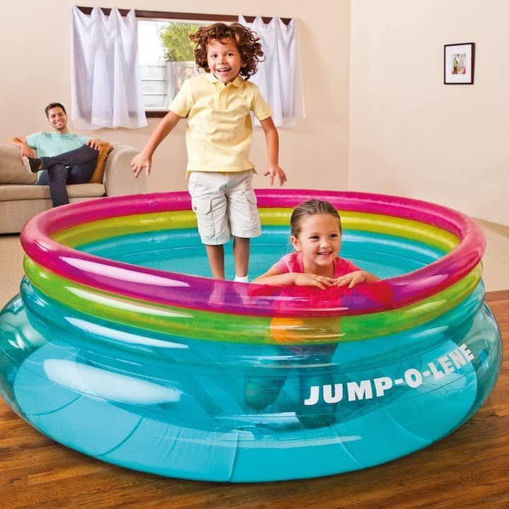 Intex-Jump-O-Lene-aufblasbares-Trampolin-im-Wohnzimmer