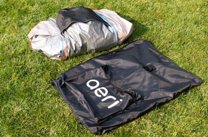 Aeri-neben-Transporttasche-auf-dem-Rasen