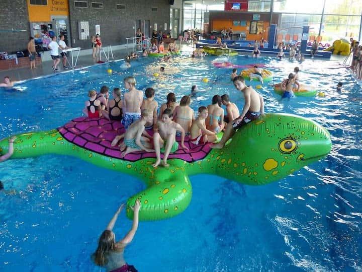 Airkraft-Schildkroete-im-Hallenbad-mit-Kindern