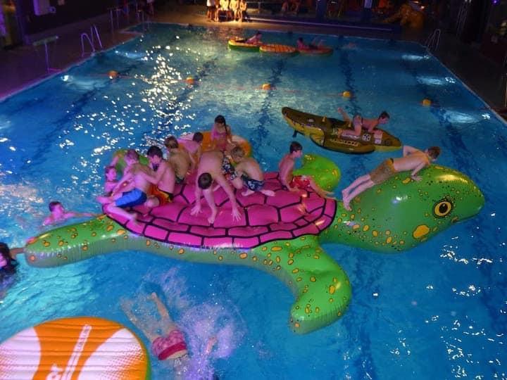 Aufblasbare-Schildkroete-XXL-im-Wasser