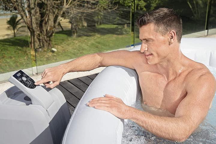 Bestway-Ibiza-AirJet-wird-von-Mann-aus-Pool-bedient