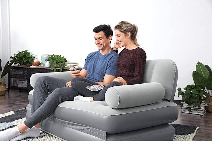 aufblasbares-Sofa-mit-Paar-in-Wohnzimmer