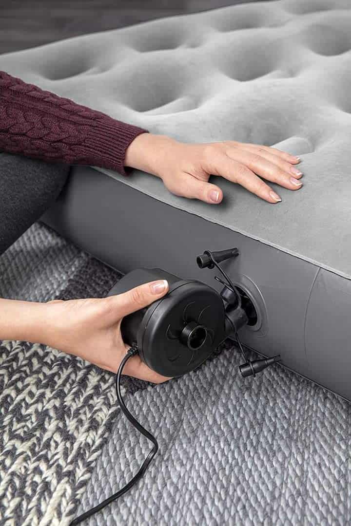aufblasbares-Sofa-von-Bestway-aufpumpen-elektrisch