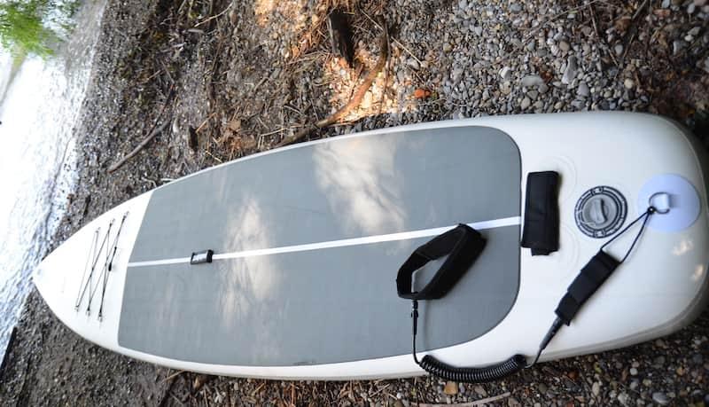 Aufgepumptes-SUP-Board-mit-Sicherungsleine-am-Ufer
