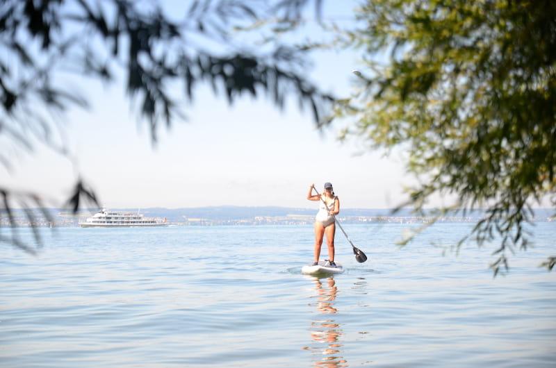 Frau-auf-SUP-auf-dem-Bodensee