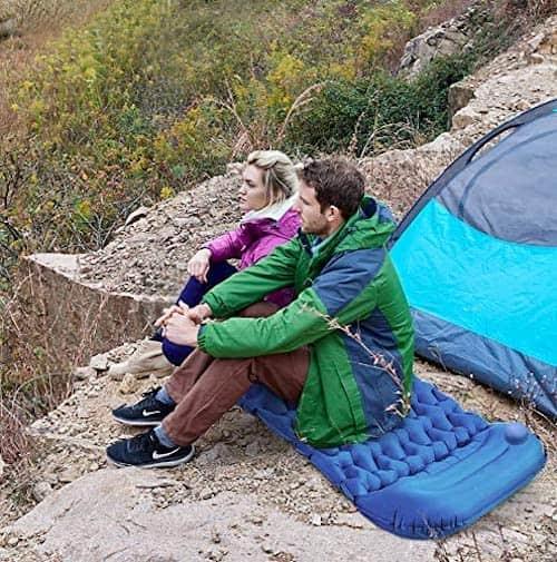 Idefair-Isomatte-mit-Paerchen-beim-Camping