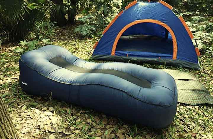 Aufblasbares-Sofa-beim-Camping-vor-dem-Zelt-Kopie