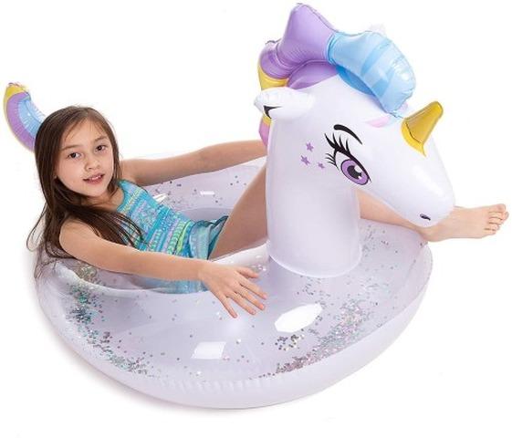 Kind-in-Schwimmring-mit-Einhornkopf